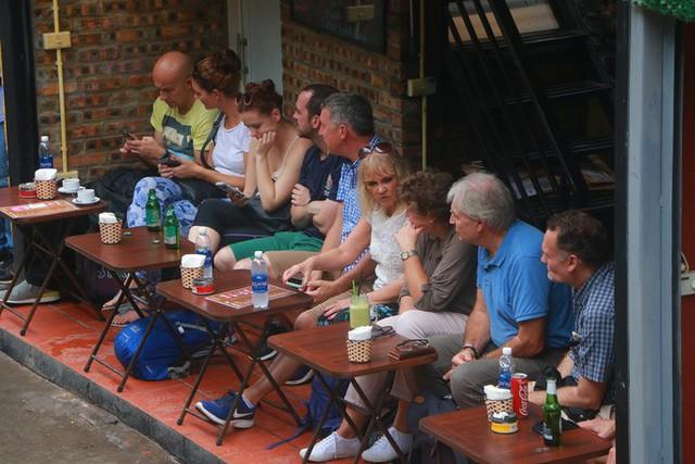 """Du khách chật kín những quán cà phê đường tàu trước ngày bị """"xoá sổ""""  - Ảnh 2."""