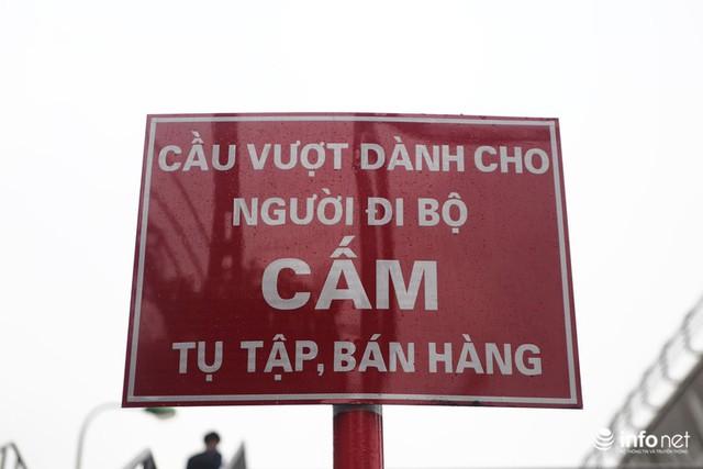 Hà Nội: Cầu bộ hành đường Hồ Tùng Mậu đã hết... nhếch nhác! - Ảnh 8.