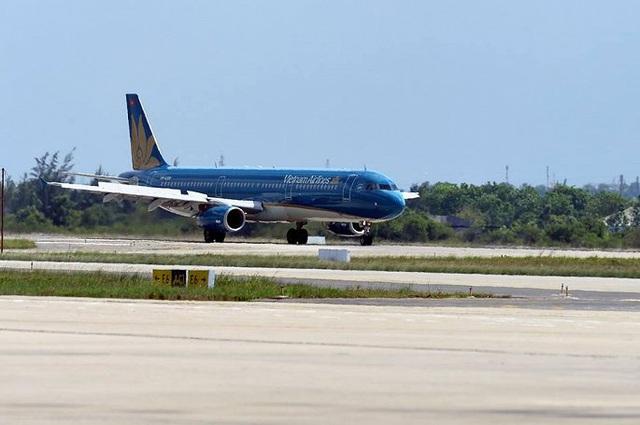 Tiếp tục hủy thêm 8 chuyến bay do ảnh hưởng bão Nakri - Ảnh 1.
