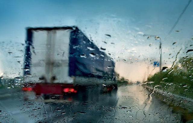 Những nguyên tắc sinh tồn khi lái xe trong mưa bão - Ảnh 3.