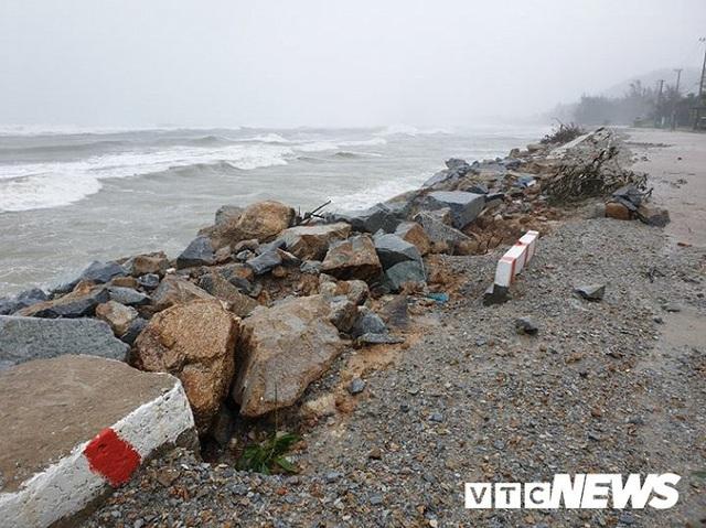 Ảnh: Kè chắn sóng bị đánh tan tác, dân làng chài sơ tán tránh bão - Ảnh 5.