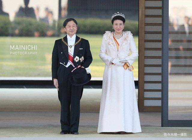 Khoảnh khắc Hoàng hậu Masako đôi mắt đỏ hoe, lén lau nước mắt khi diễu hành trước dân chúng trở thành tâm điểm chú ý - Ảnh 1.