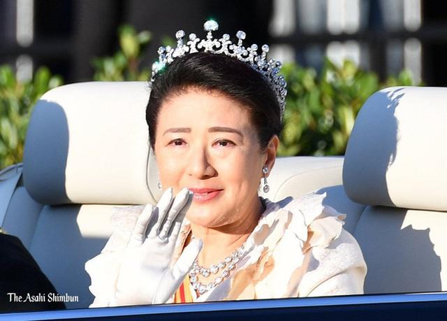 Khoảnh khắc Hoàng hậu Masako đôi mắt đỏ hoe, lén lau nước mắt khi diễu hành trước dân chúng trở thành tâm điểm chú ý - Ảnh 4.