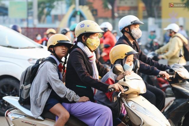 Chùm ảnh: Sài Gòn bất chợt se lạnh như trời Đà Lạt, người dân thích thú mặc áo ấm và choàng khăn ra đường - Ảnh 13.