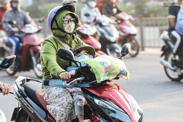 Chùm ảnh: Sài Gòn bất chợt se lạnh như trời Đà Lạt, người dân thích thú mặc áo ấm và choàng khăn ra đường - Ảnh 14.