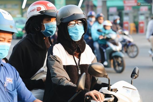 Chùm ảnh: Sài Gòn bất chợt se lạnh như trời Đà Lạt, người dân thích thú mặc áo ấm và choàng khăn ra đường - Ảnh 17.