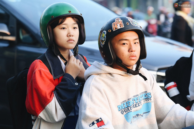 Chùm ảnh: Sài Gòn bất chợt se lạnh như trời Đà Lạt, người dân thích thú mặc áo ấm và choàng khăn ra đường - Ảnh 18.