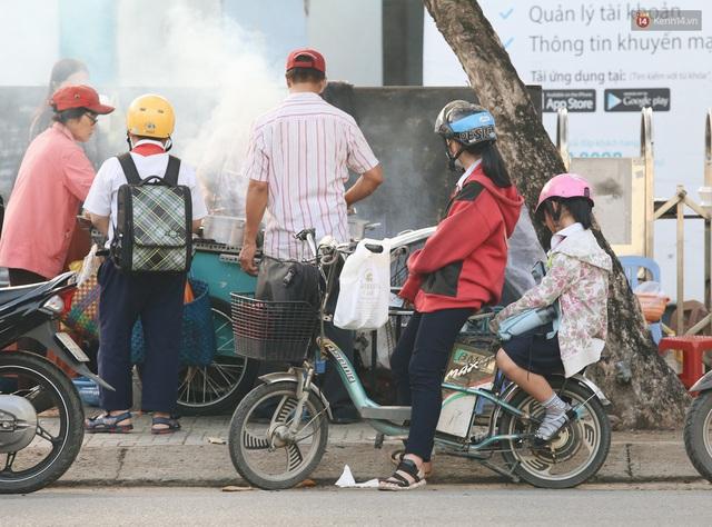 Chùm ảnh: Sài Gòn bất chợt se lạnh như trời Đà Lạt, người dân thích thú mặc áo ấm và choàng khăn ra đường - Ảnh 20.
