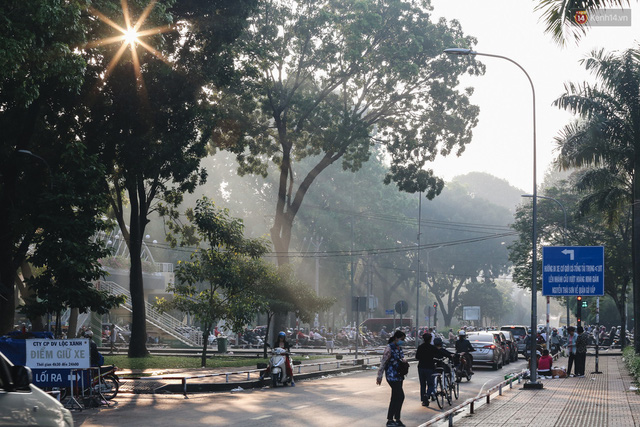 Chùm ảnh: Sài Gòn bất chợt se lạnh như trời Đà Lạt, người dân thích thú mặc áo ấm và choàng khăn ra đường - Ảnh 21.