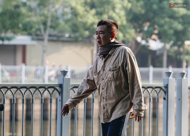 Chùm ảnh: Sài Gòn bất chợt se lạnh như trời Đà Lạt, người dân thích thú mặc áo ấm và choàng khăn ra đường - Ảnh 5.