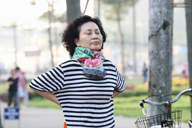 Chùm ảnh: Sài Gòn bất chợt se lạnh như trời Đà Lạt, người dân thích thú mặc áo ấm và choàng khăn ra đường - Ảnh 6.