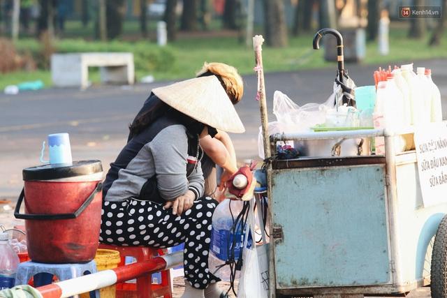 Chùm ảnh: Sài Gòn bất chợt se lạnh như trời Đà Lạt, người dân thích thú mặc áo ấm và choàng khăn ra đường - Ảnh 9.