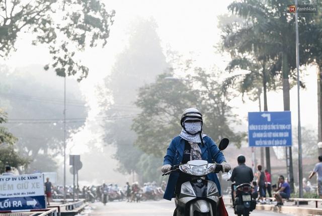 Chùm ảnh: Sài Gòn bất chợt se lạnh như trời Đà Lạt, người dân thích thú mặc áo ấm và choàng khăn ra đường - Ảnh 10.