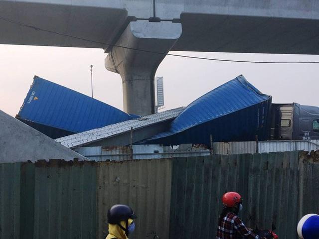 Xe container kéo sập dầm cầu bộ hành đang xây ở cửa ngõ Sài Gòn - Ảnh 1.