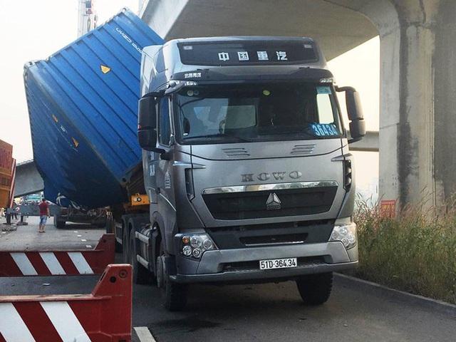 Xe container kéo sập dầm cầu bộ hành đang xây ở cửa ngõ Sài Gòn - Ảnh 2.