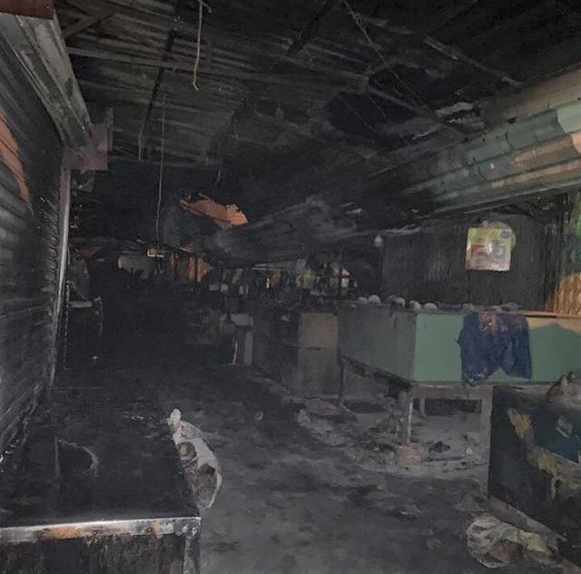 Cháy lớn làm nhiều kiốt tại chợ Phước Long bị thiêu rụi - Ảnh 1.