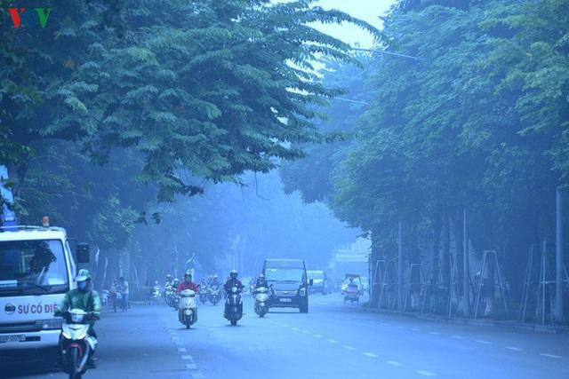 Phố phường Hà Nội chìm trong mịt mù sương, bụi dù vào giữa trưa - Ảnh 13.