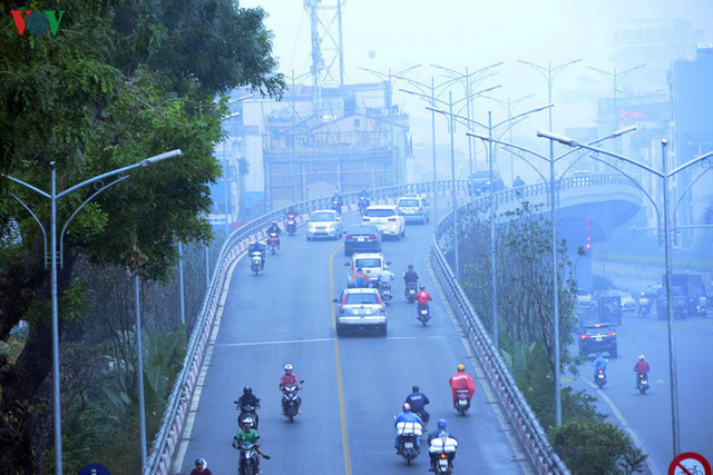 Phố phường Hà Nội chìm trong mịt mù sương, bụi dù vào giữa trưa - Ảnh 14.