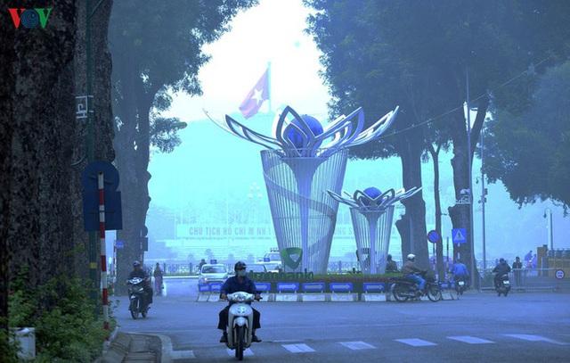 Phố phường Hà Nội chìm trong mịt mù sương, bụi dù vào giữa trưa - Ảnh 16.