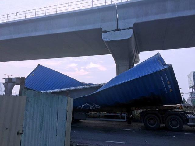 Xe container kéo sập dầm cầu bộ hành đang xây ở cửa ngõ Sài Gòn - Ảnh 3.