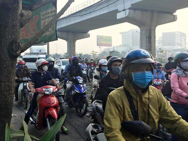Xe container kéo sập dầm cầu bộ hành đang xây ở cửa ngõ Sài Gòn - Ảnh 4.