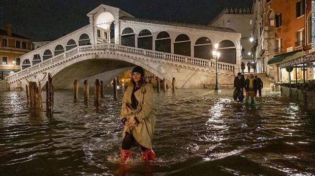 Ảnh: Venice ngập nặng kỷ lục 50 năm, tàu thuyền leo lên vỉa hè - Ảnh 4.