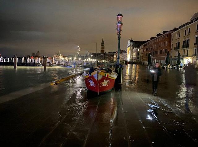 Ảnh: Venice ngập nặng kỷ lục 50 năm, tàu thuyền leo lên vỉa hè - Ảnh 6.