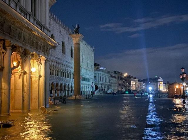 Ảnh: Venice ngập nặng kỷ lục 50 năm, tàu thuyền leo lên vỉa hè - Ảnh 7.