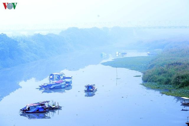 Phố phường Hà Nội chìm trong mịt mù sương, bụi dù vào giữa trưa - Ảnh 8.
