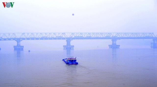 Phố phường Hà Nội chìm trong mịt mù sương, bụi dù vào giữa trưa - Ảnh 9.