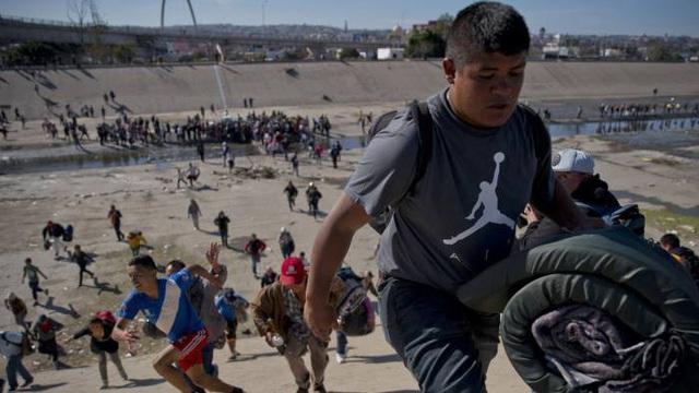 Mỹ đề xuất không cấp giấy phép lao động cho người nhập cư bất hợp pháp - Ảnh 1.