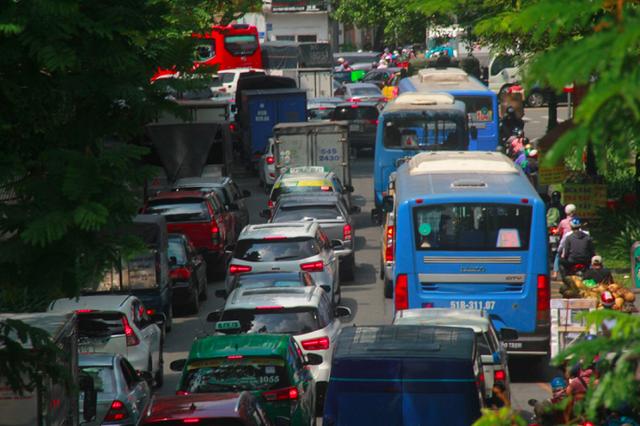 Cửa ngõ sân bay Tân Sân Nhất kẹt cứng, nhiều hành khách xuống xe đi bộ - Ảnh 1.