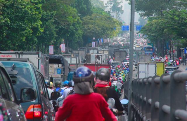Cửa ngõ sân bay Tân Sân Nhất kẹt cứng, nhiều hành khách xuống xe đi bộ - Ảnh 3.
