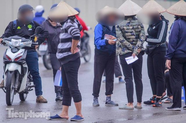 Mưa lạnh bất ngờ, phe vé trận Việt Nam - UAE lo sốt vó - Ảnh 5.