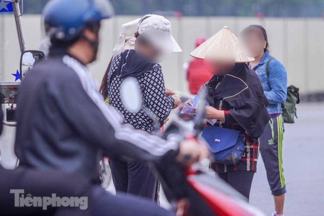 Mưa lạnh bất ngờ, phe vé trận Việt Nam - UAE lo sốt vó - Ảnh 8.