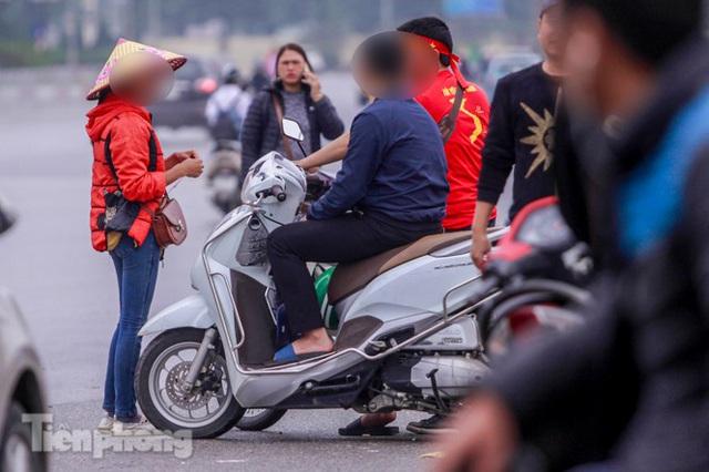 Mưa lạnh bất ngờ, phe vé trận Việt Nam - UAE lo sốt vó - Ảnh 9.