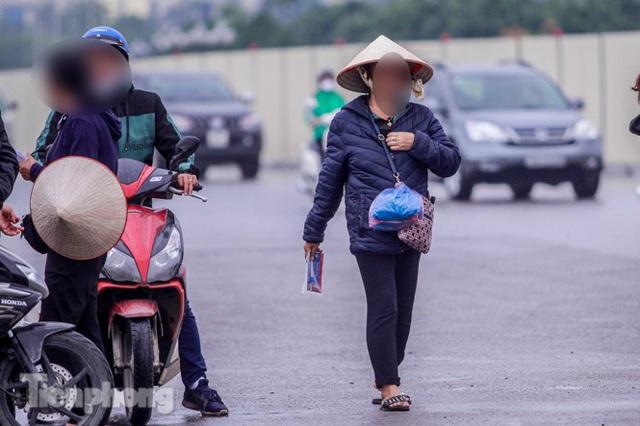 Mưa lạnh bất ngờ, phe vé trận Việt Nam - UAE lo sốt vó - Ảnh 10.