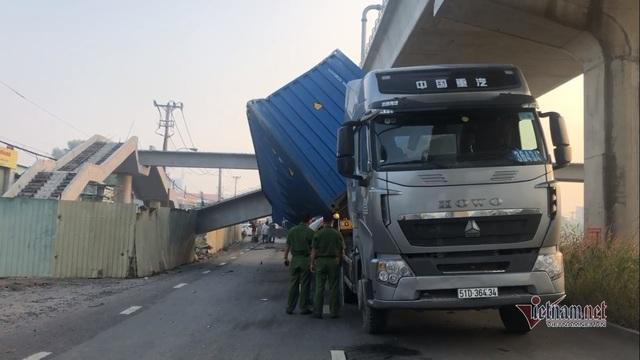 Kết quả bất ngờ chiều cao cầu bộ hành bị xe container kéo sập ở Sài Gòn - Ảnh 1.