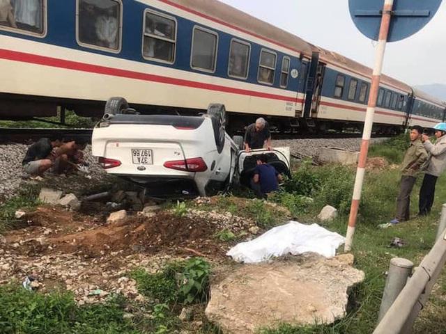 Tàu hỏa đâm lật xe con, nữ tài xế ở Nghệ An thiệt mạng trong xe - Ảnh 1.