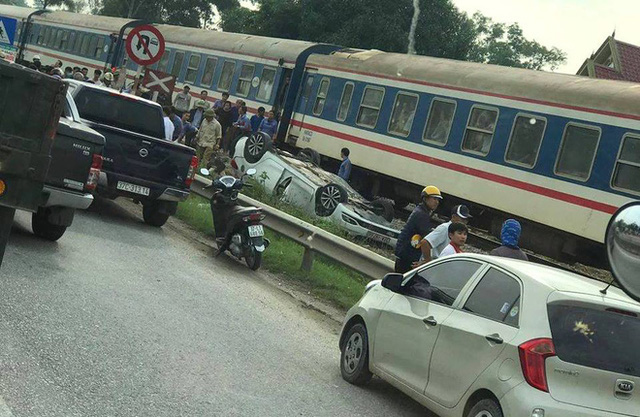 Tàu hỏa đâm lật xe con, nữ tài xế ở Nghệ An thiệt mạng trong xe - Ảnh 2.