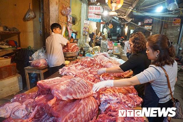 Giá thịt lợn tăng sốc, dân buôn kêu ế thảm - Ảnh 3.
