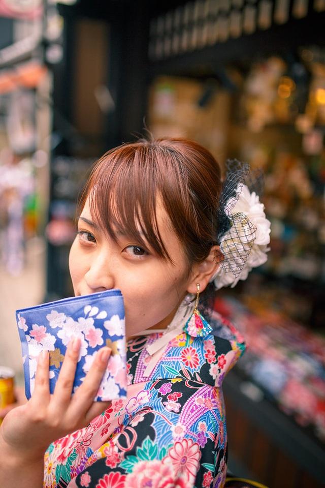 Tình yêu vô hạn của người Nhật với những chiếc khăn tay: Đàn ông cũng phải mang ít nhất 3 chiếc, một lau tay, một lau miệng, một để lau nước mắt  - Ảnh 1.