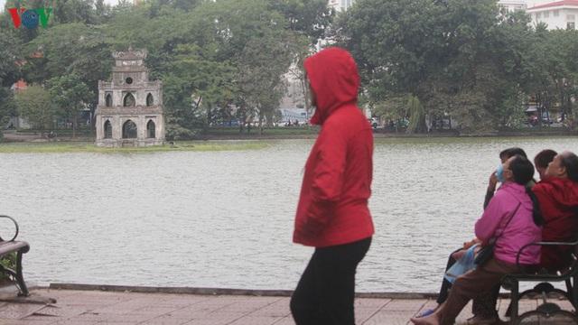 Ảnh: Người Hà Nội cảm nhận rõ không khí rét lạnh mùa Đông - Ảnh 3.