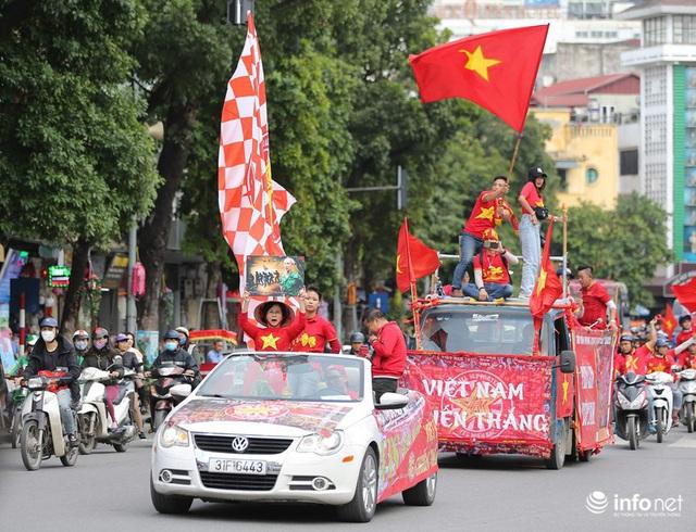 Cổ động viên Việt Nam nhuộm đỏ phố phường Thủ đô trước giờ bóng lăn - Ảnh 4.
