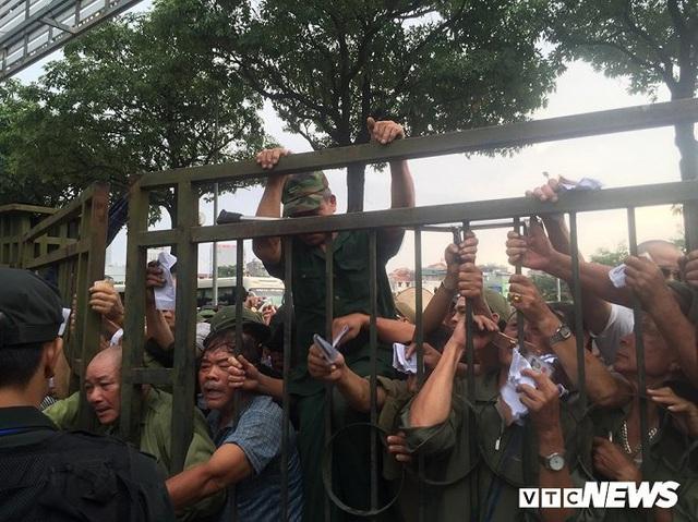 Ảnh: Thương binh leo rào, xô đẩy tranh vé trận Việt Nam - Thái Lan - Ảnh 7.