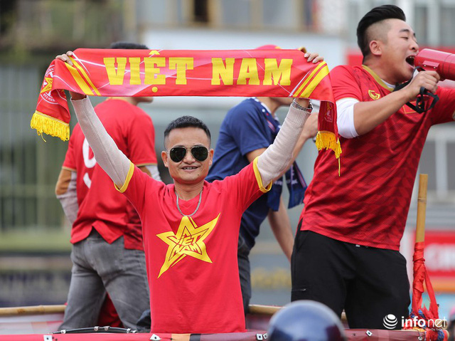 Cổ động viên Việt Nam nhuộm đỏ phố phường Thủ đô trước giờ bóng lăn - Ảnh 7.