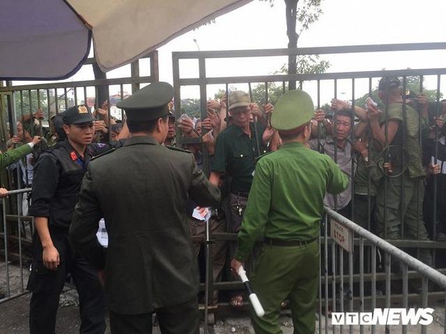 Ảnh: Thương binh leo rào, xô đẩy tranh vé trận Việt Nam - Thái Lan - Ảnh 8.