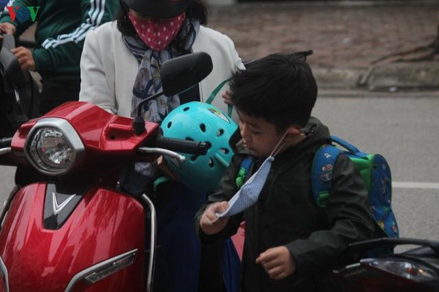 Ảnh: Người Hà Nội cảm nhận rõ không khí rét lạnh mùa Đông - Ảnh 8.