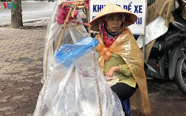 Ảnh: Người Hà Nội cảm nhận rõ không khí rét lạnh mùa Đông - Ảnh 10.