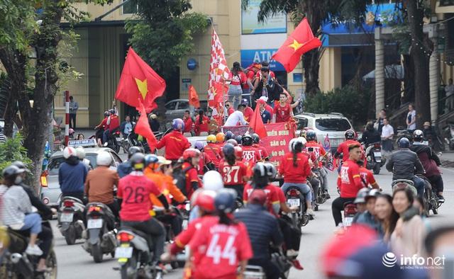 Cổ động viên Việt Nam nhuộm đỏ phố phường Thủ đô trước giờ bóng lăn - Ảnh 10.
